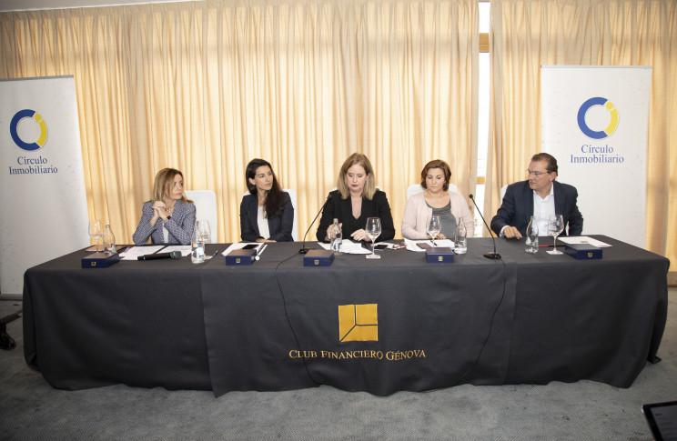 Ana M. Zurita (PP), izqda.; Rocío Monasterio (VOX), Helena Beunza (PSOE), Pilar Garrido (Podemos) y Miguel A. Garaulet (C's)  / Circulo Inmobiliario