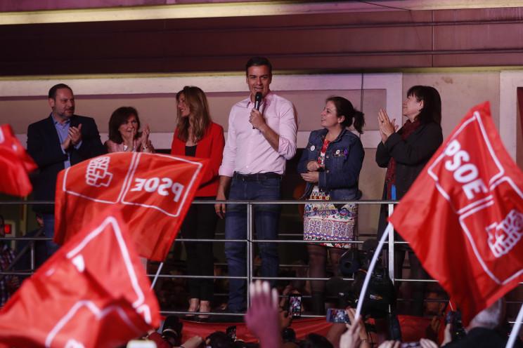 Pedro Sánchez celebrando en la sede del PSOE la victoria / Gtres