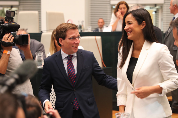José Luis Martínez-Almeida, de PP (izqda.) y Begoña Villacís (dcha.) en el Pleno de Investidura del Ayuntamiento de Madrid / Gtres