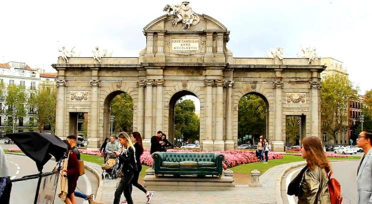 Sofá Chester frente a la Puerta de Alcalá de Madrid