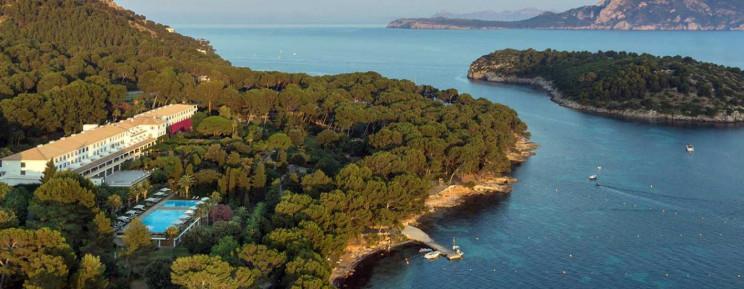 Vistas panorámicas del hotel y el mar en Mallorca / Hotel Formentor