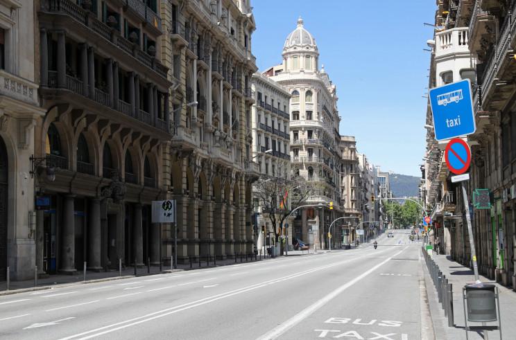 Una calle de Barcelona, prácticamente vacía / Gtres
