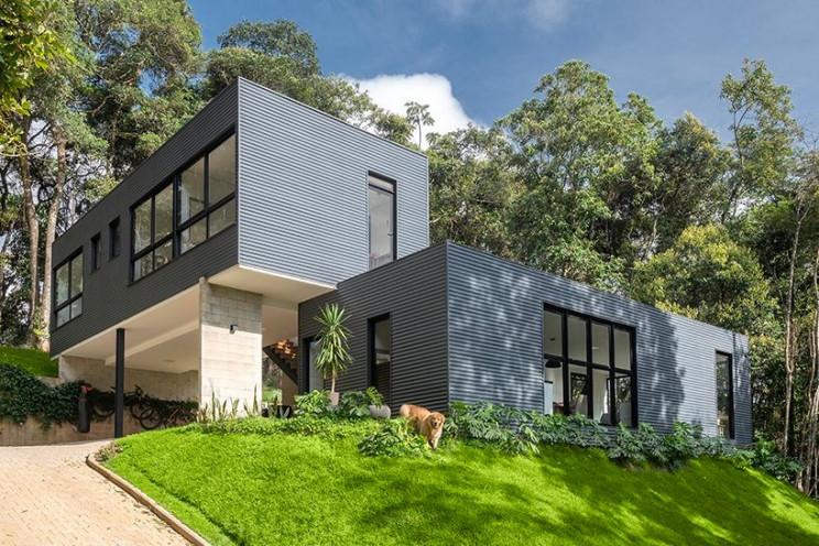 Imagen  - Una casa prefabricada de dos volúmenes e integrada en la naturaleza de Brasil