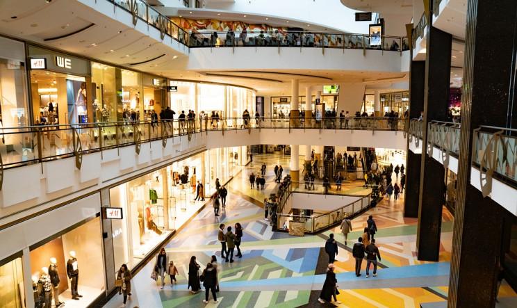 Imagen del interior de un centro comercial / Pixabay