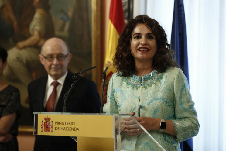 La actual ministra de Hacienda, María Jesús Montero, con el ex ministro Cristóbal Montoro / Gtres