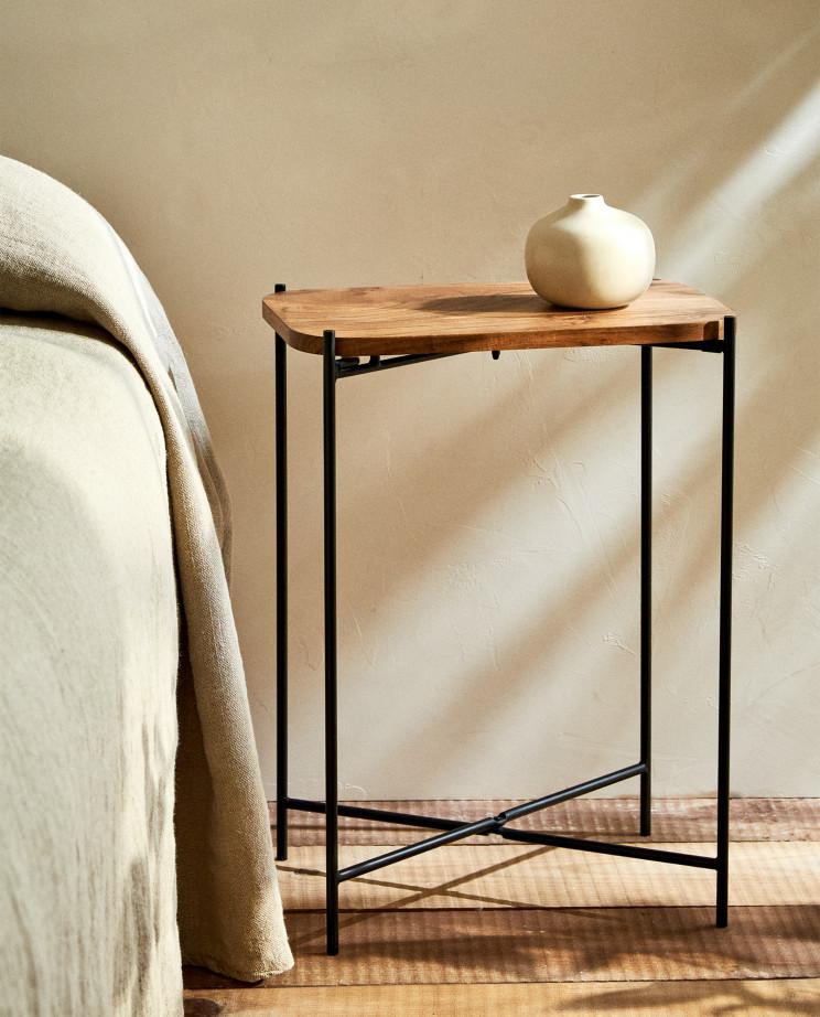 Mesa auxiliar rectangular de madera y patas de metal cruzadas de Zara Home (59,99 euros) / Zara Home