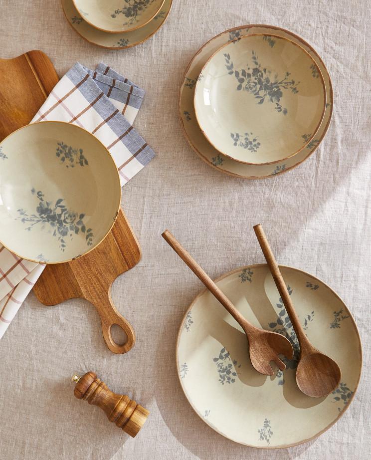 Vajilla 6 piezas, elaborada en gres con diseño floral y detalle de filo con efecto envejecido de Zara Home (5,99 euros cada una) / Zara Home